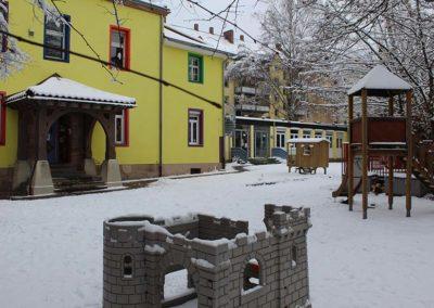 Hausansicht und Garten im Winter