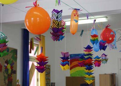 Hängende Luftballons und Papierbastelein