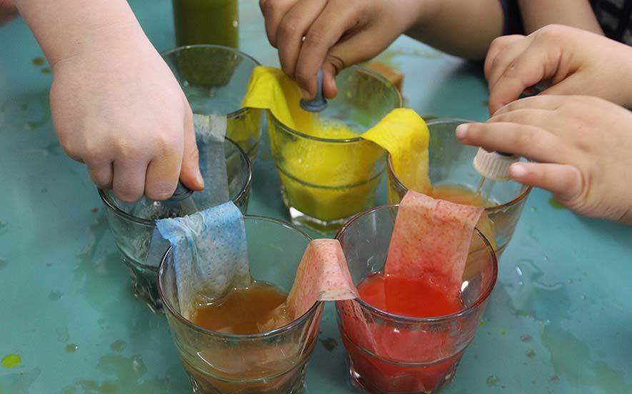 Kinder spielen mit Farben